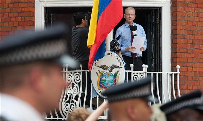Julian Assange, sur le balcon de l'ambassade de l'Equateur à Londres, le 19/08/12 (photo AFP)