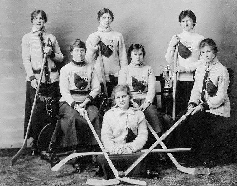 L'équipe de hockey sur glace féminin à l'Université de Queen's, en 1917, Kingston, Ontario. Wkicommons<br/>