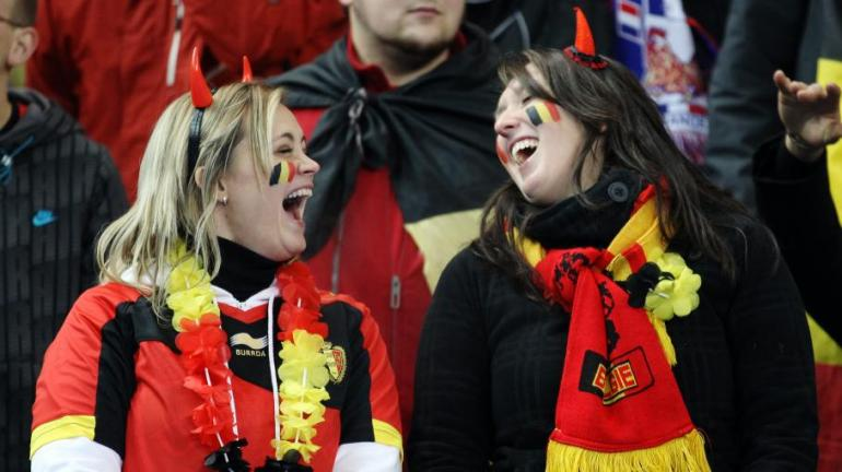 Des supportrices belges lors du match France-Belgique à Saint-Denis (Seine-Saint-Denis), le 15 novembre 2011 - JACQUES DEMARTHON / AFP