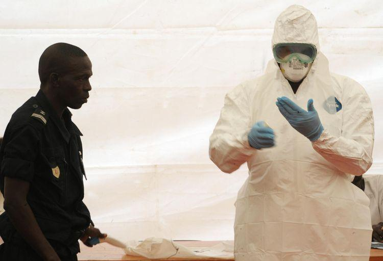 Aéroport de Dakar au Sénégal : formation à la protection contre le virus Ebola (Photo : AFP)