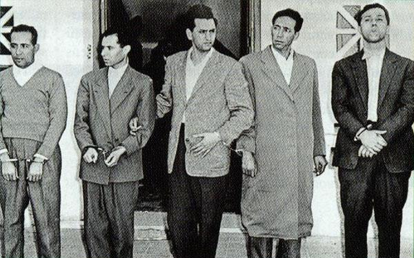 Délégation des principaux dirigeants du FLN (de gauche à droite : Mohamed Khider, Mostefa Lacheraf, Hocine Aït Ahmed, Mohamed Boudiaf et Ahmed Ben Bella) après leur arrestation suite au détournement, le 22 octobre 1956 par l'armée française, de leur avion civil marocain, entre Rabat et Tunis, en direction du Caire (Egypte).