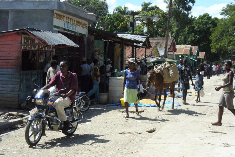 Rue centrale de Thomonde, plateau central d'Haïti (juin 2009)<br />