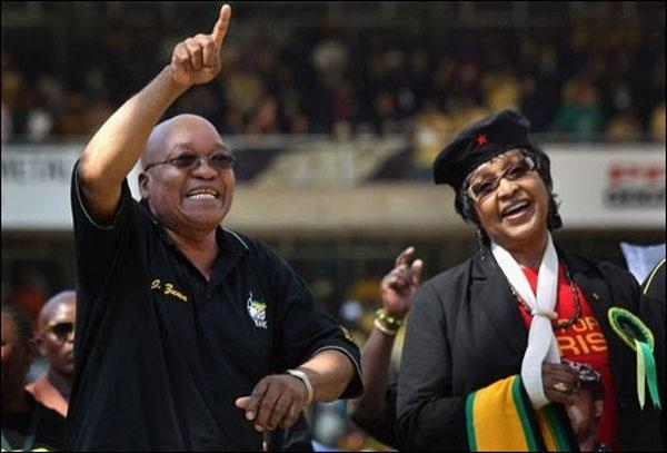 Jacob Zuma et l'ex-Première dame Winnie Mandela à Johannesburg  le 19 avril 2009 - Photo AFP