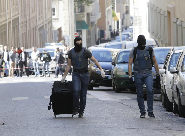 Deux suspects interpellés à Marseille, projetaient de commettre un attentat imminent en France. Cette arrestation relance le débat sécuritaire.<br />