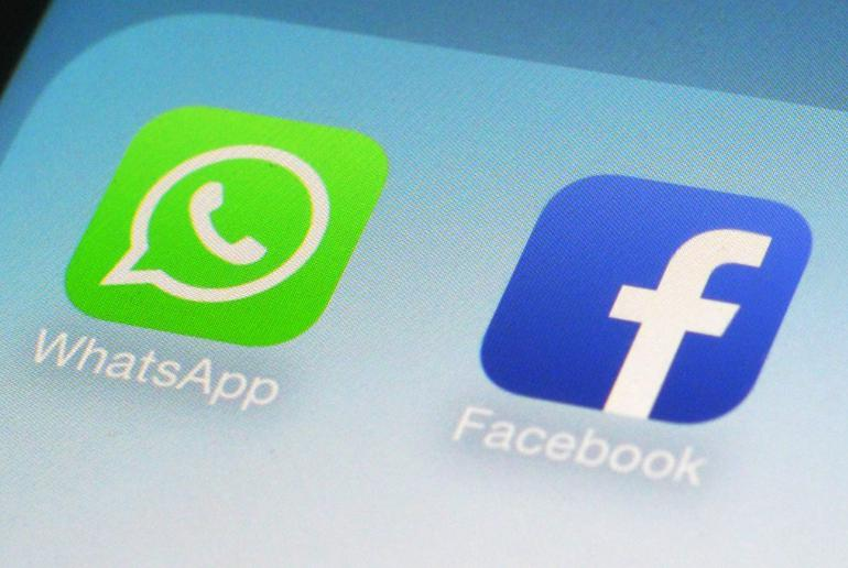 Applications WhatsApp et Facebook sur un smartphone.