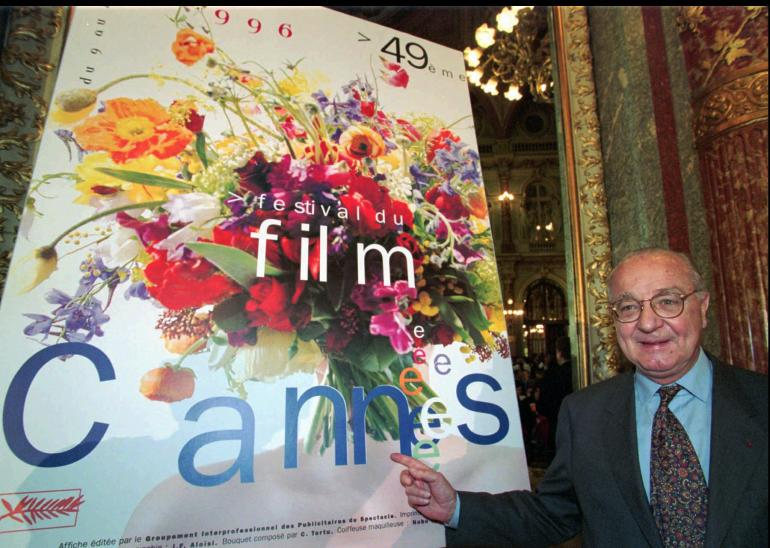 Pierre Viot, Président du Festival International du Film de Cannes pointe l'affiche officielle du 49e Festival International du Film lors de sa présentation le 22 avril 1996 à Paris.