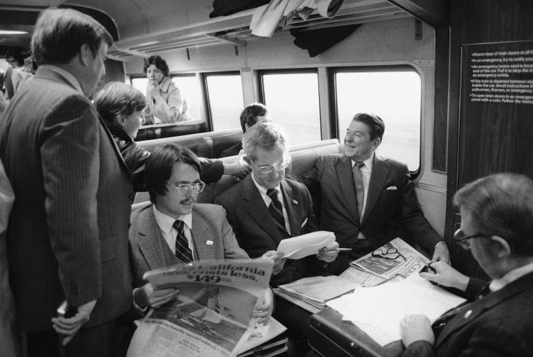 Ronald Reagan, alors candidat à l'élection présidentielle, serre la main d'un passager à bord d'un train qui va de New Haven, dans le Connecticut à la Gare centrale de New York. 19 mars 1980, États-Unis.