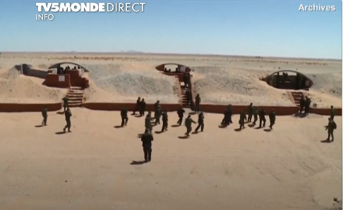 Le mur de sable construit par le Maroc au Sahara occidental - Capture d'écran TV5 MONDE