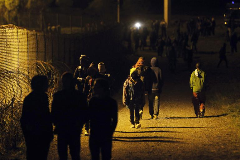 Des migrants marchent le long du site Eurotunnel à Calais, dans le Nord de la France, mercredi 29 juillet 2015. (AP Photo/Thibault Camus)
