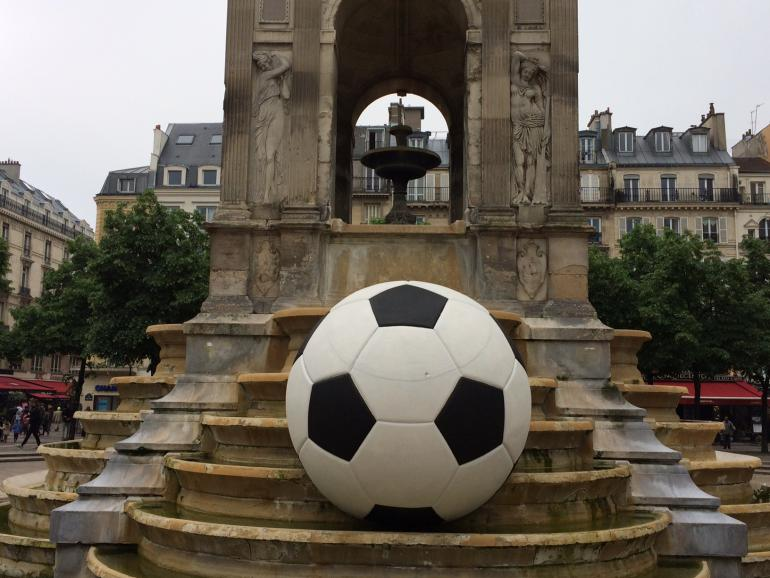 Immense ballon posé à même la Fontaine des Innocents à Paris, rue Saint-Denis à Paris (1er arrondissement) pour saluer l'Euro 2016 en France