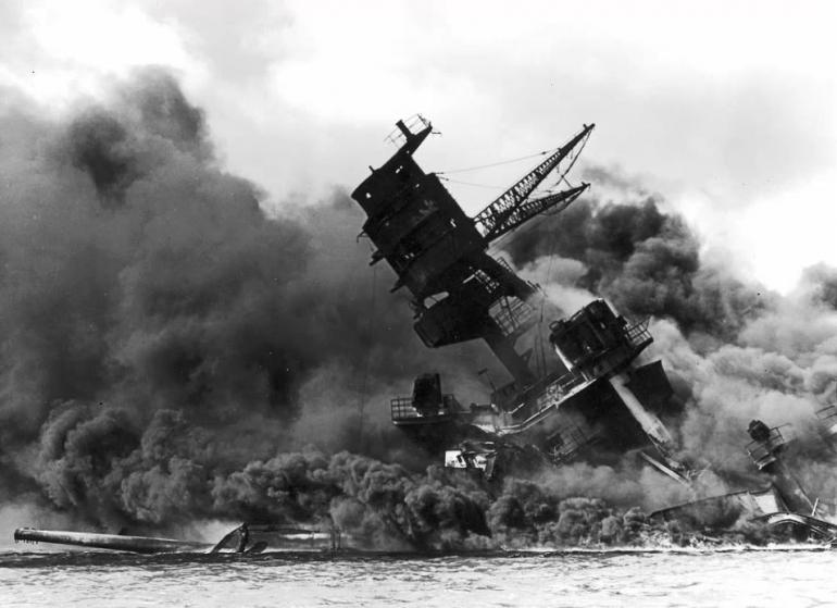 "<div class=""mw-mmv-overlay"">Incendie sur le cuirassé <a href=""https://fr.wikipedia.org/wiki/USS_Arizona_%28BB-39%29"" title=""USS Arizona (BB-39)"">USS <em>Arizona</em></a> après l'attaque. <em>Crédit photo : <a class=""mw-redirect"" href=""https://fr.wikipedia.org/wiki/NARA"" title=""NARA"">NARA</a>.</em></div>