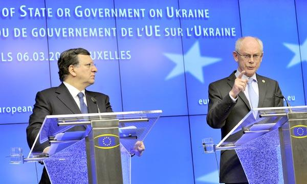 Les présidents de la Commission européenne, José Manuel Barroso, et du Conseil européen, Herman Van Rompuy, à l'issue d'un sommet d'urgence sur la situation ukrainienne, en mars 2014. L'Europe a mis en place des restrictions de visas à l'encontre de responsables russes. (photo AFP)