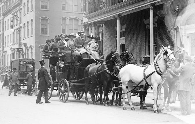 Membres new-yorkaises arrivant devant le Colony Club, en 1911 - Wikicommons