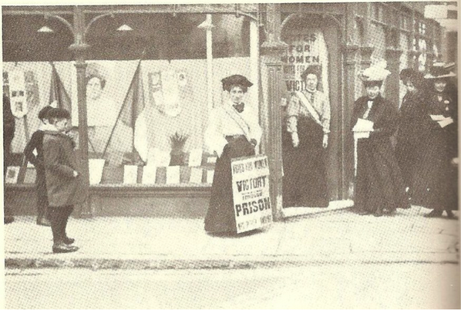 May Sinclair devant un local suffragiste, Londres, 1910 (Boll) DR