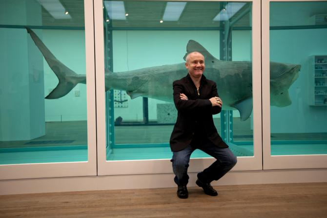 "L'artiste britannique Damien Hirst pose devant son oeuvre créee en 1991 ""The Physical Impossibility of<br />