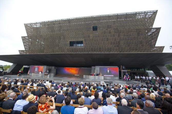 Pendant le discours prononcé par Barack Obama pour la cérémonie d'inauguration du <em>Smithsonian Museum of African American History and Culture on the National Mall</em> à Washington, samedi 24 septembre, 2016.