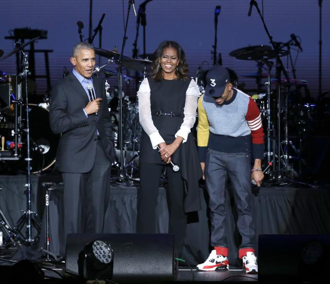 <p>Barack et Michelle Obama Obama avec Chance The Rapper, rappeur et chanteur originaire de Chicago, à la Fondation Obama à Chicago en 2017</p>