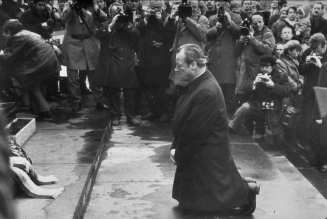 Willy Brandt agenouillé, le 7 décembre 1970, devant le monument rappelant le massacre et la destruction du ghetto de Varsovie