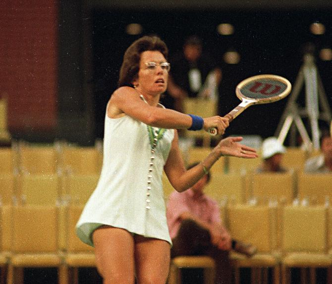 Billie Jean King bat Bobby Riggs en trois sets 6-4, 6-3, 6-3 au Houston Astrodome, le 20 septembre 1973 .<br />