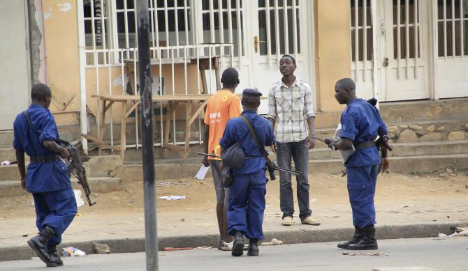 Le 3 février 2016, dans un climat de peur permanente au Burundi, la police arrête un homme après une attaque à la grenade dans la capitale Bujumbura. Via internet, des activistes tentent d'attirer l'attention internationale sur la disparition de personnes arrêtées par la police ou les services de sécurité.