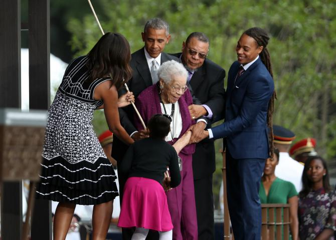 Barack et Michelle Obama avec Ruth Odom Bonner, au centre, inaugurant le Smithsonian National Museum of African American History and Culture à Washington, le 24 septembre.