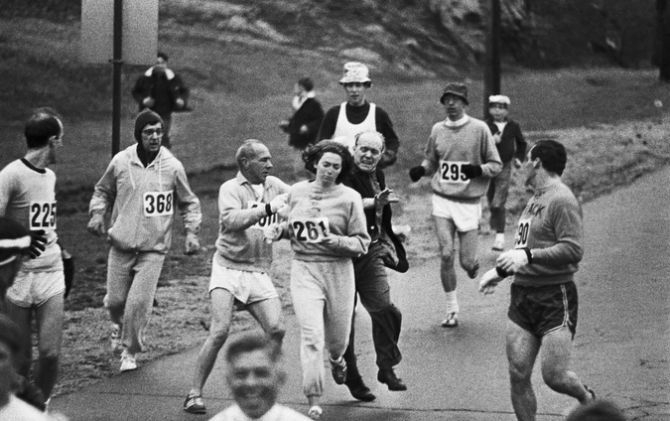 Kathrine Switzer lors du marathon de Boston en 1967.