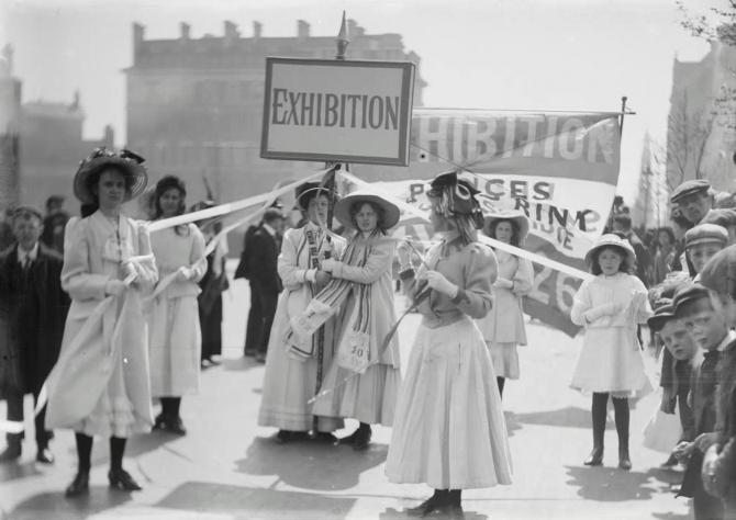 <strong>Christina Broom </strong>: Jeunes suffragettes faisant la promotion de la Women's Exhibition de Knightsbridge, Londres, mai 1909