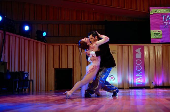Un couple traditionnel femme/homme, lors des phases de qualification du Mondial de tango en 2014