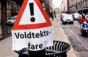 "Lors d'une action contre les viols à Oslo. Le panneau dit ; ""attention, danger de viol"" - source Aftenposten"