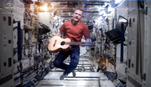 "Chris Hadfield dans son clip ""Space Oddity"""