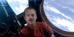 Chris Hadfield dans l'ISS / photo extraite d'une vidéo de Chris Hadfield