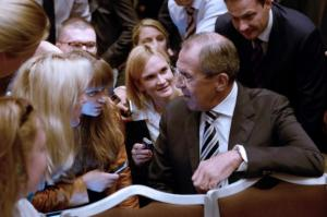 Sergueï Lavrov entouré de journaliste russes le 14 septembre 2013 / Photo AFP
