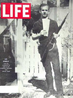 Lee Harvey Oswald en couverture de Life  (02/1964)