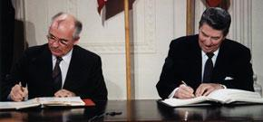Reagan et Gorbatchev signent le traité à la Maison Blanche / National Archives and Records Administration White House Photographic Office