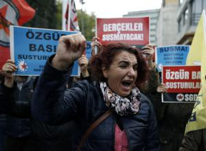 Protestation contre les arrestations au journal Cumhuriyet à Istambule le 1er novembre 2016.<br />