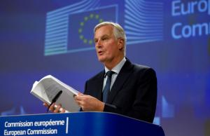 Michel Barnier avec le document de l'accord, à Bruxelles, le 14 novembre.<br />