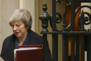 Theresa May quittant Downing Street ce mercredi 12 décembre.<br />