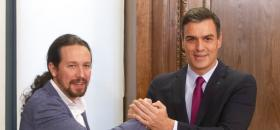 Pablo Iglesias et Pedro Sanchez lors de la signature de leur accord le 30 décembre 2019.<br />
