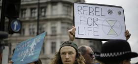 Des militans d'Extinction Rebellion le mercredi 24 avril 2019 devant le Parlement britannique à Londres.